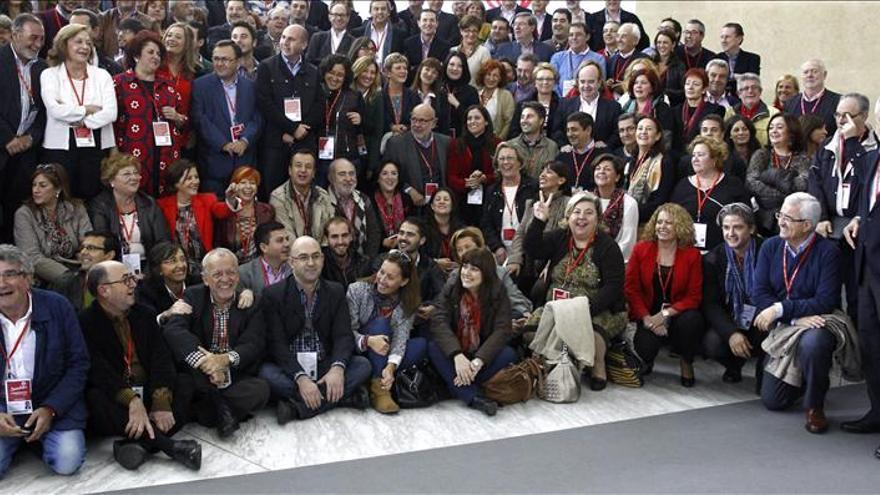 """Foto de familia de los socialistas andaluces al son de """"La Internacional"""""""