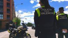 Dos agentes de la Policía Local de València en un control