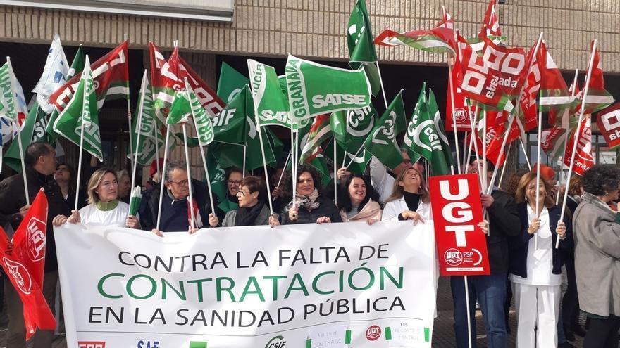 La Junta andaluza recluta ahora a médicos voluntarios, aunque los sindicatos del sector llevan años pidiendo más contratos en la sanidad pública.