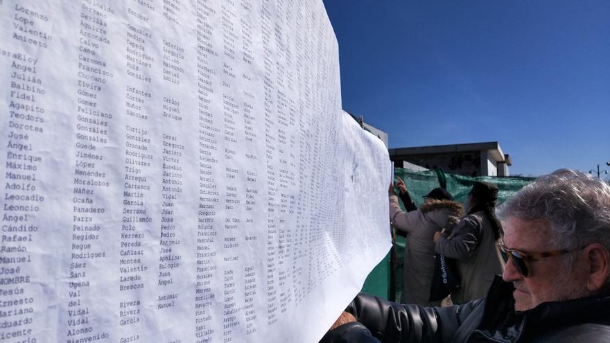 Los nombres de los represaliados por el franquismo entre entre 1936 y 1944, impresos en papel y expuestos en el cementerio de La Almudena este sábado.