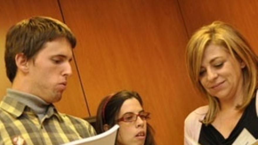 Elena Valenciano (PSOE) con miembros de FEAPS. (EUROPA PRESS)