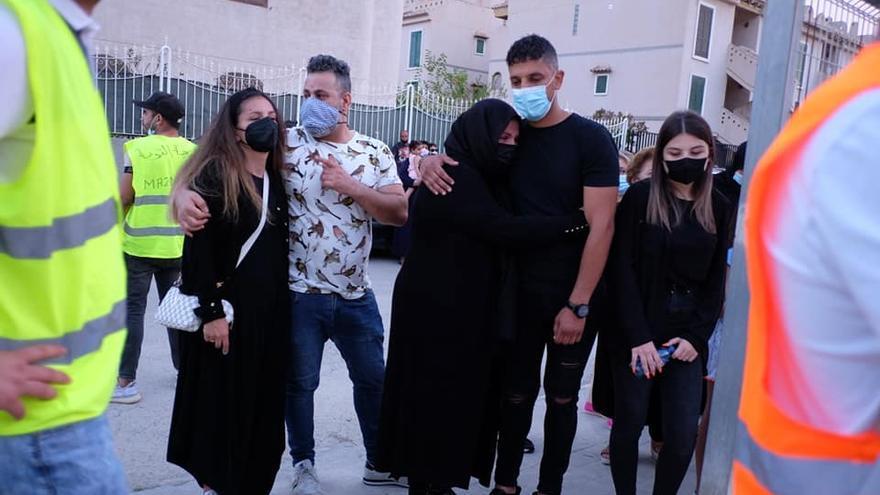 Familiares de Younes Bilal en su funeral en Mazarrón, Murcia