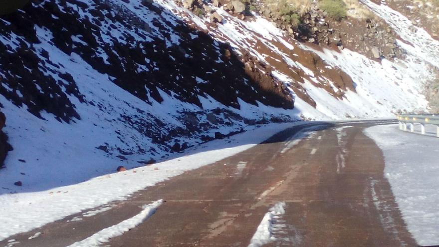 Otro tramo del entorno de la carretera LP-4, este miércoles, cubierto por un manto blanco. Foto: ANA BEA.