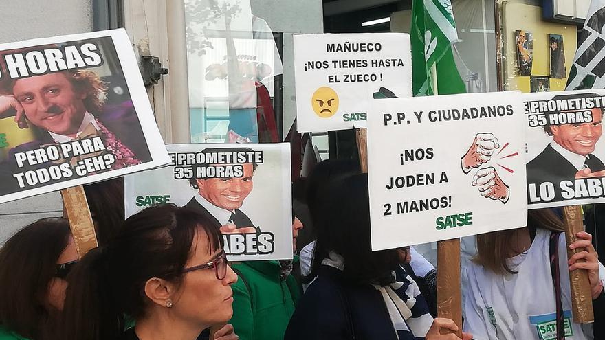 Varios funcionarios llevan pancartas contra el ejecutivo de PP y Ciudadanos.