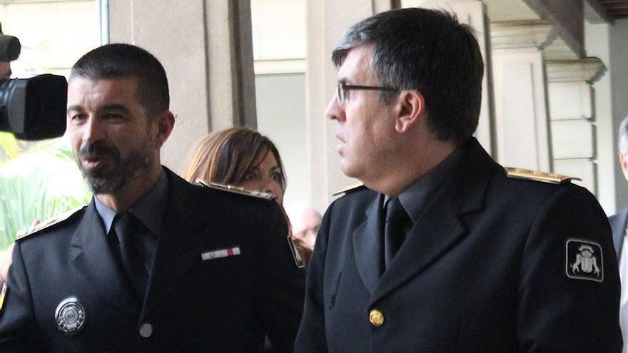 El subinspector Carmelo Sosa, a la izquierda, junto al comisario jefe de la Policía Canaria, Luis Santos Jara. (Cirenia Vico)