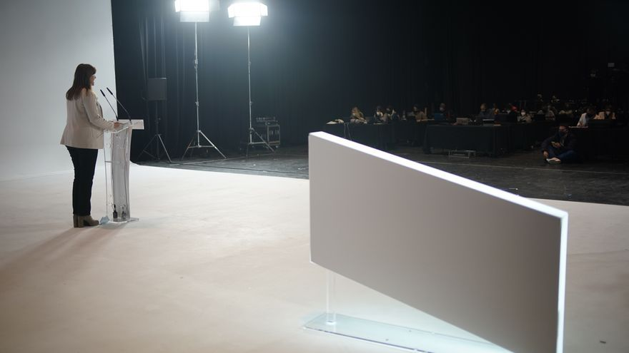La portavoz de Junts en el Congreso y candidata a la Generalitat, Laura Borràs, interviene en el acto de inicio de la campaña electoral de JxCat en Sant Just Desvern con la imagen del expresidente de la Generalitat, Carles Puigdemont en Barcelona, Catalun