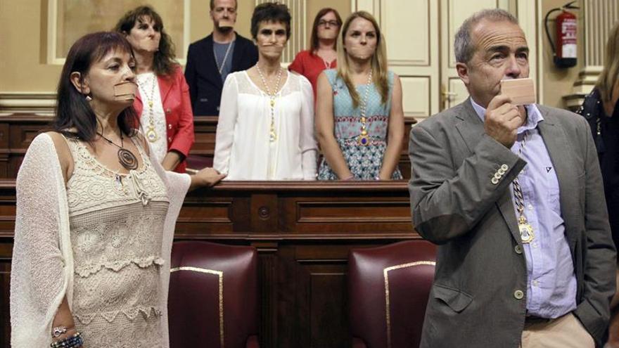 Los diputados de Podemos protestan por la 'ley mordaza'. (Efe/Cristóbal García).