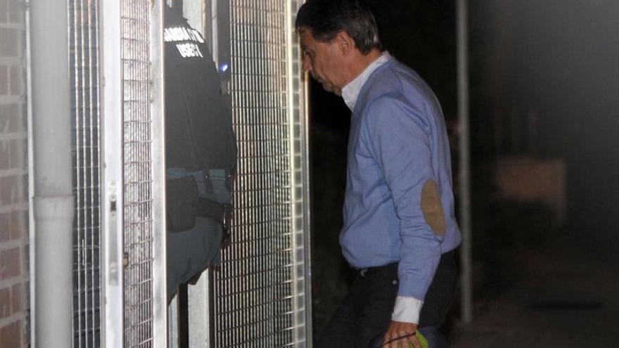 El expresidente de la Comunidad de Madrid, Ignacio González, detenido por supuesta corrupción en el Canal de Isabel II, a su llegada esta madrugada a la Comandancia de la Guardia Civil de Tres Cantos, Madrid, tras el registro de su despacho.