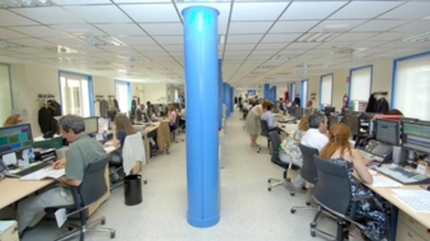 Gente trabajando en una oficina. (EP)