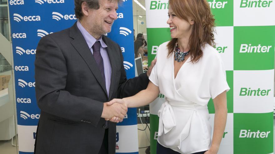 Lucas López SJ, director general de Radio ECCA Fundación Canaria, y Noelia Curbelo Caro,  jefa de Relaciones Institucionales y Comunicación de Binter.