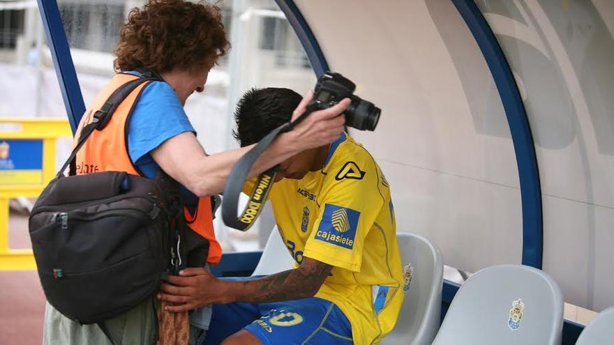 Jonathan Viera llora en el banquillo tras lograr el ascenso.  (ALEJANDRO RAMOS)