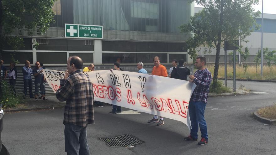 Trabajadores de la ACB, justo después de la asamblea de esta mañana en la planta de Sestao.