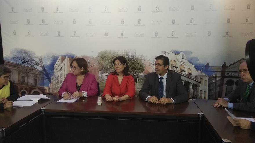 De izquierda a derecha, Carmen Olmedo, Pilar Zamora y José Manuel Caballero