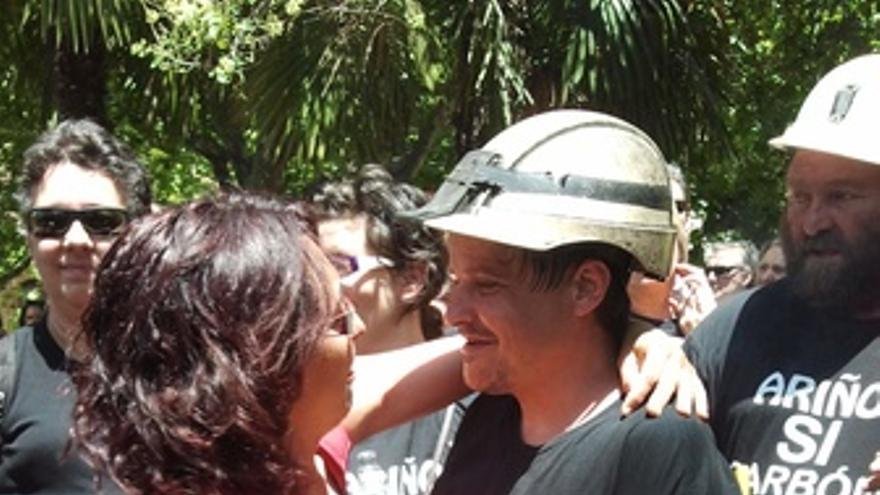 Abrazo A Un Minero Participante En La 'Marcha Negra'