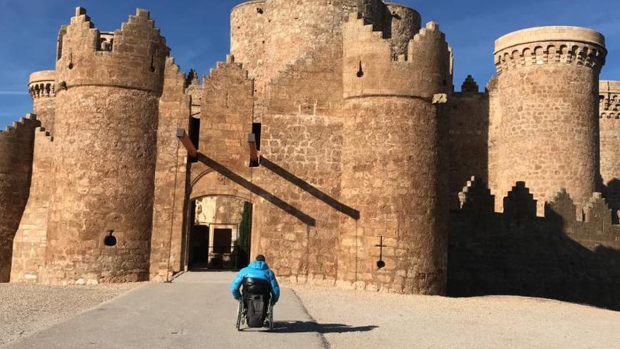 Usuario de silla de ruedas accediendo al Castillo de Belmonte FOTO: www.clmturismoaccesible.com