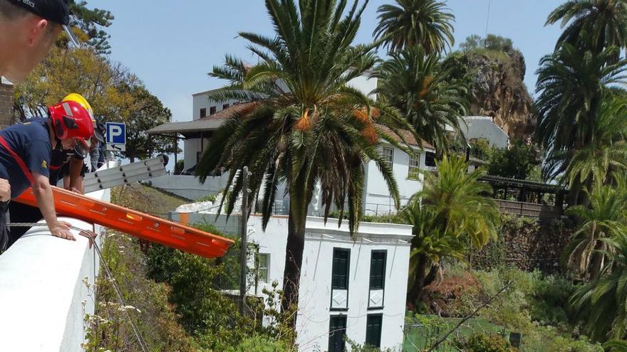 En la imagen, operación de rescate del cuerpo. Foto: BOMBEROS LA PALMA.