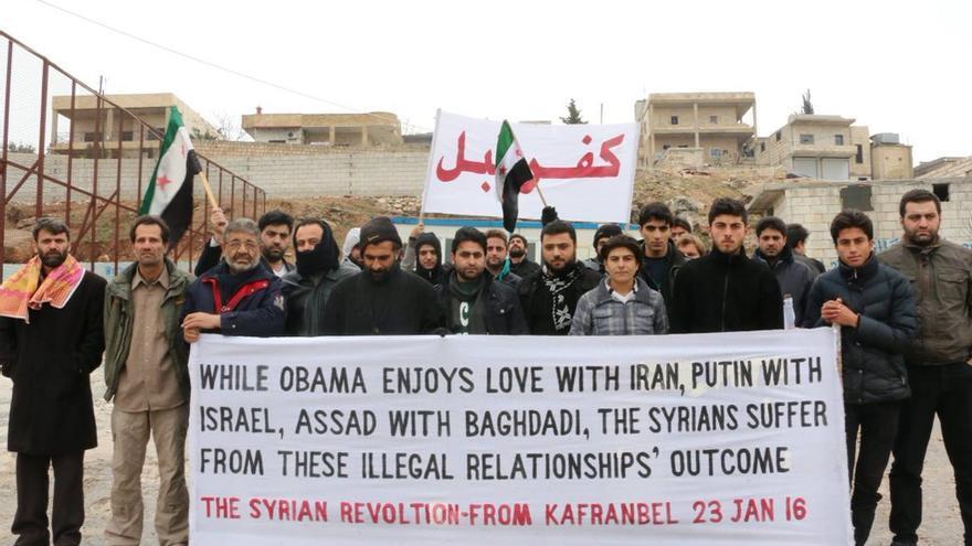 """Desde Kafranbel, Idlib (Siria): """"Mientras Obama disfruta de un idilio con Irán, Putin con Israel, y Asad con Baghdadi, los sirios sufren los resultados de esas relaciones ilegales"""". Fuente: @kafrev"""
