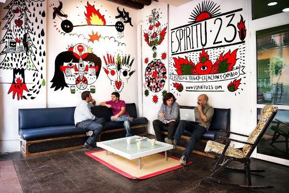 El porche de Espíritu 23 es un lugar de encuentro abierto a cualquier vecino