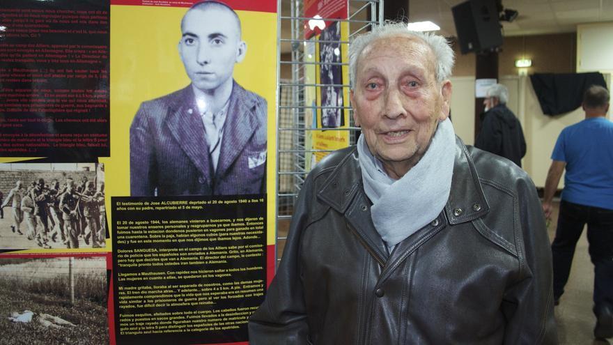 José Alcubierre junto a la fotografía que le hicieron los SS en Mauthausen