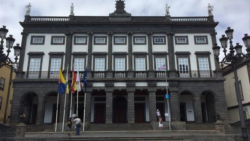 Ayuntamiento de Las Palmas de Gran Canaria con la bandera Trans (@FELGTB)