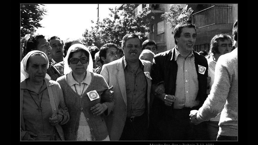 Foto que integra la muestra Paz, Pan y Trabajo. En el centro el sindicalista Saúl Ubaldini en la marcha del 7 de noviembre de 1981.