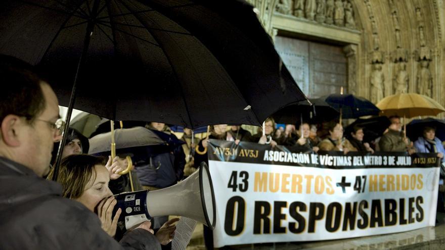 Les víctimes de l'accident de metro de València en una concentració a la plaça de la Mare de Dèu.