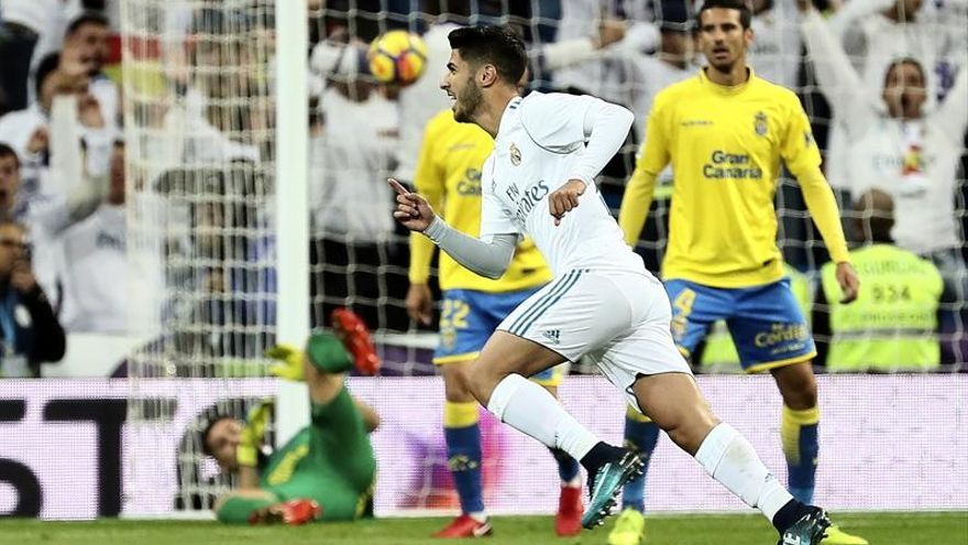 El centrocampista del Real Madrid Marco Asensio celebra tras marcar el segundo gol ante Las Palmas. EFE/Mariscal