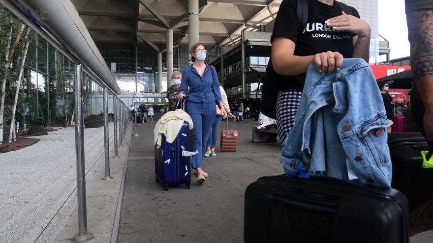 Turistas llegando al aeropuerto de Málaga tras la cuarentena impuesta por Reino Unido