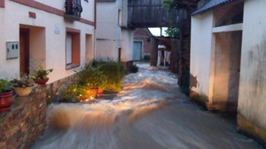 Riada en una calle de la localidad provocada por las lluvias.