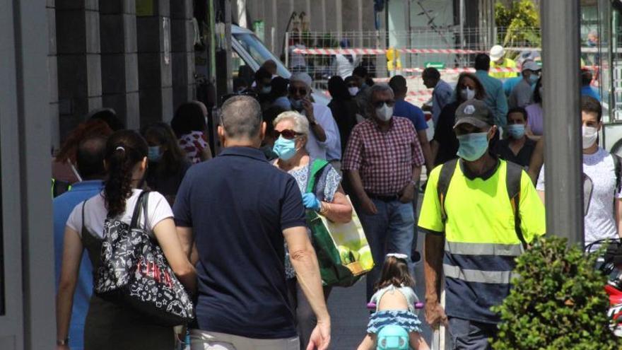 """Varias personas pasean este viernes por una calle de Ceuta. Las autoridades sanitarias deCeutahan mostrado su """"preocupación"""" por la situación epidemiológica de la ciudad que podría hacer no sólo que no se avance defase-actualmente está en la 2- sino que se retroceda si continúa la actual tendencia."""