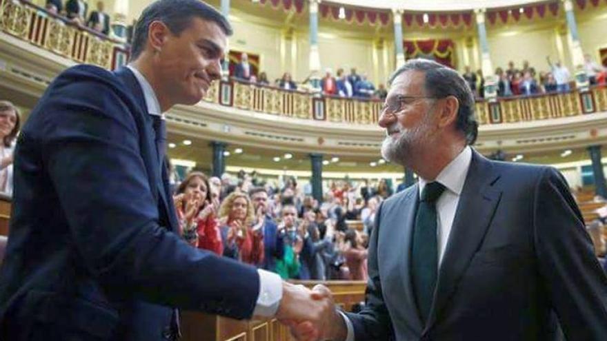 Mariano Rajoy saluda a Pedro Sánchez tras la elección de este como presidente del Gobierno.