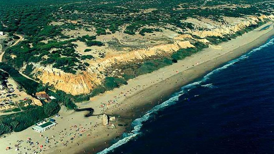 La barrera de costa que defiende Doñana ha retrocedido 80 metros por la erosión del mar que acelera el cambio climático