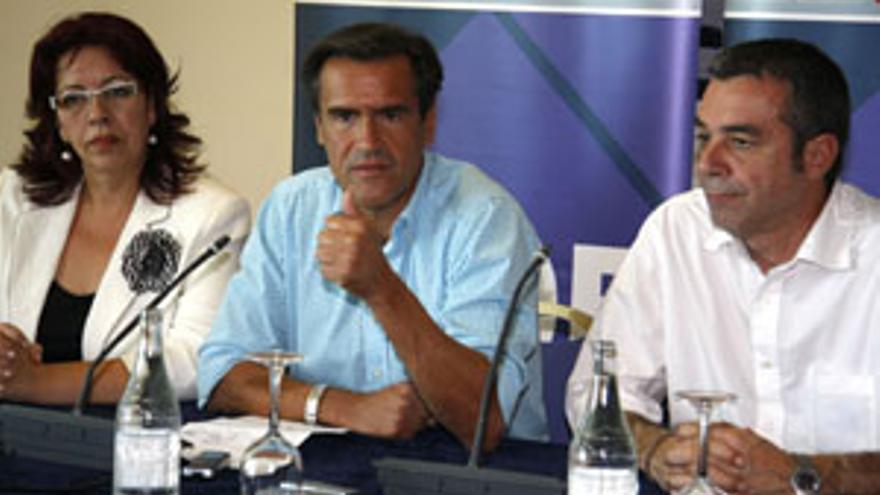 López Aguilar, flanqueado por Manuela Armas y Carlos Espino, en la rueda de prensa ofrecida tras la moción de censura. (ACFI PRESS)