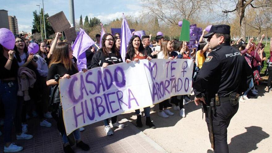 """""""Casado, yo te hubiera abortado"""". Jóvenes feministas se manifiestan en Castellón."""