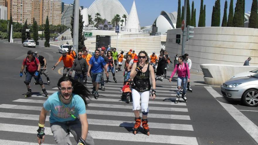 Varios patinadores junto a la Ciudad de las Ciencias