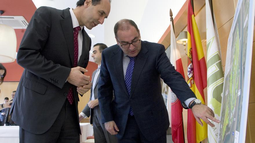 Ignacio Diego y Avelino Cuartas, durante la presentación de la ampliación del campo de gol Abra del Pas.
