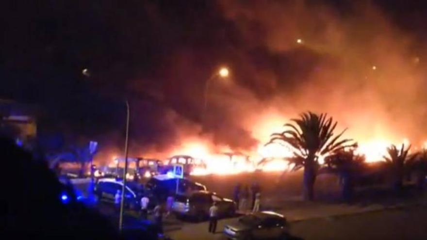 Captura de video del incendio que afectó a 26 coches en el Valle de Jinámar.