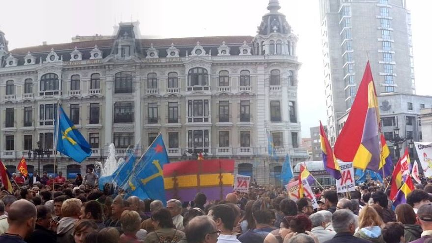 Banderas republicanas y asturianas ocupan la Plaza de la Escandalera en Oviedo