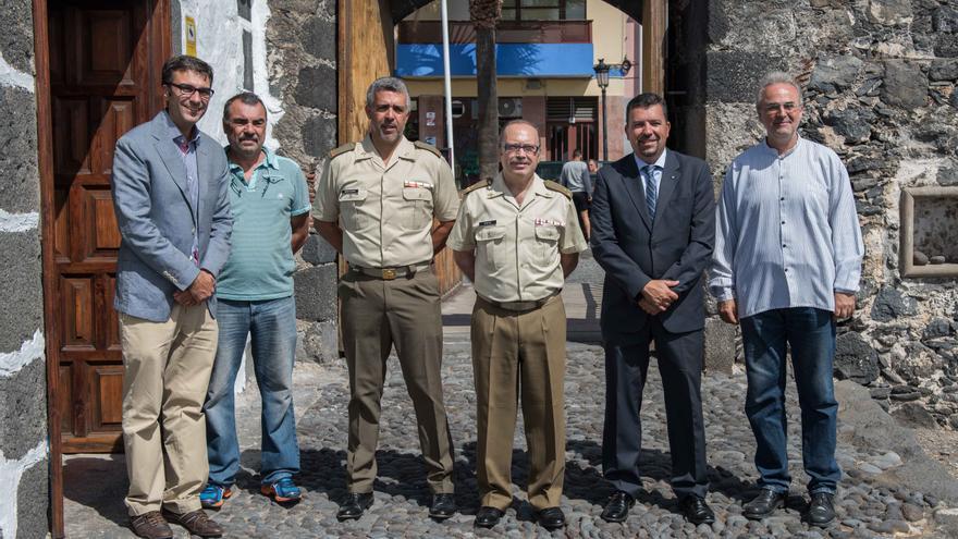 Autoridades civiles y militares e historiadores en la entrada del Castillo de Santa Cruz de La Palma.