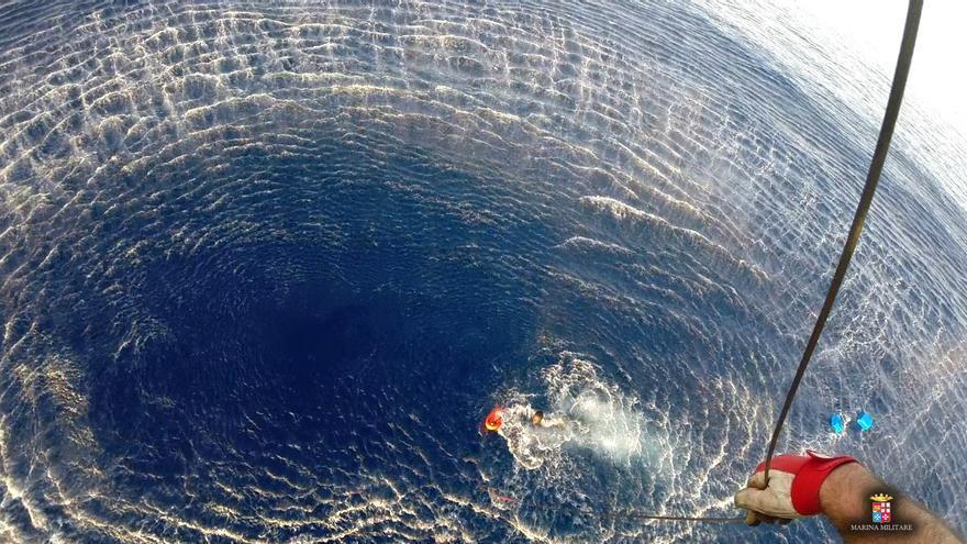 Operación de rescate de las dos personas localizadas tras el naufragio de la primera embarcación