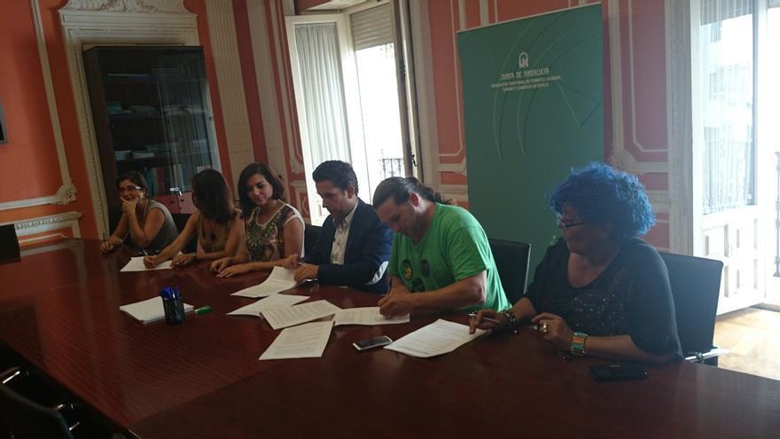Firmado el protocolo para el aprovechamiento social de las viviendas de Disean en Sanlúcar y fin de la acampada