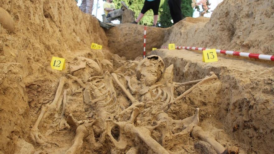 Una de las fosas excavadas en el cementerio de Las Mártires de Huesca.