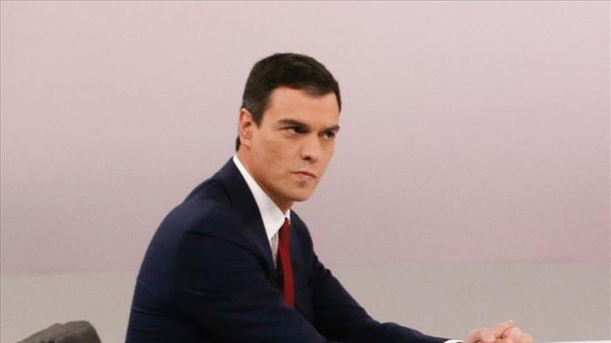"""Sánchez dice a Rajoy que los españoles le conocen como """"el del plasma"""""""