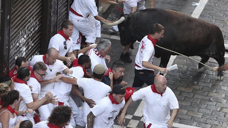 Un toro rezagado crea peligro y tensión en el tercer encierro de sanfermines