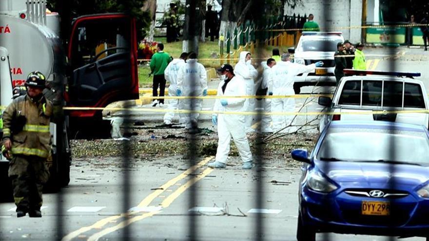 Personal del CTI trabajan en el lugar donde un carro bomba causó una explosión este jueves en la Escuela General Santander de la Policía en Bogotá (Colombia)