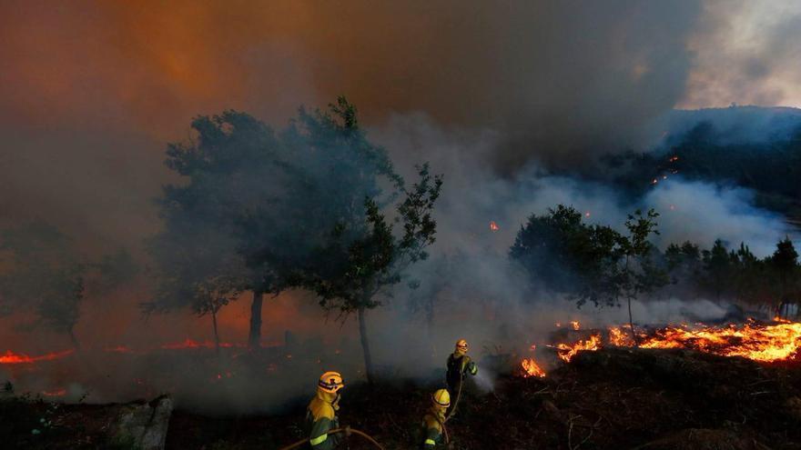 Brigadistas trabajando en un incendio en Galicia
