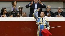 El diestro Enrique Ponce brinda el primer toro al rey Juan Carlos que, acompañado por su hija, la infanta Elena, y sus nietos Froilán y Victoria Eugenia, asiste al festejo con el que regresan los toros a San Sebastián. / EFE.