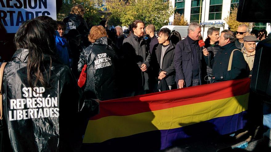 Pablo Iglesias, con Jorge Verstrynge ante los juzgados de Madrid.
