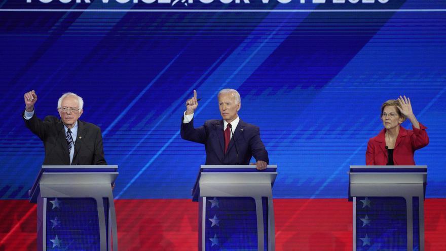 Los aspirantes a la candidatura demócrata para las elecciones estadounidenses de 2020 Bernie Sanders, Joe Biden y Elizabeth Warren, en un momento del debate.