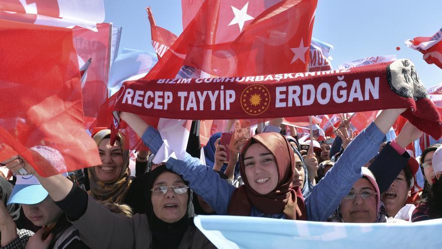 Miles de partidarios del Partido de la Justicia y el Desarrollo (AKP) acudieron a un mitin por el sí (evet en turco) // AP